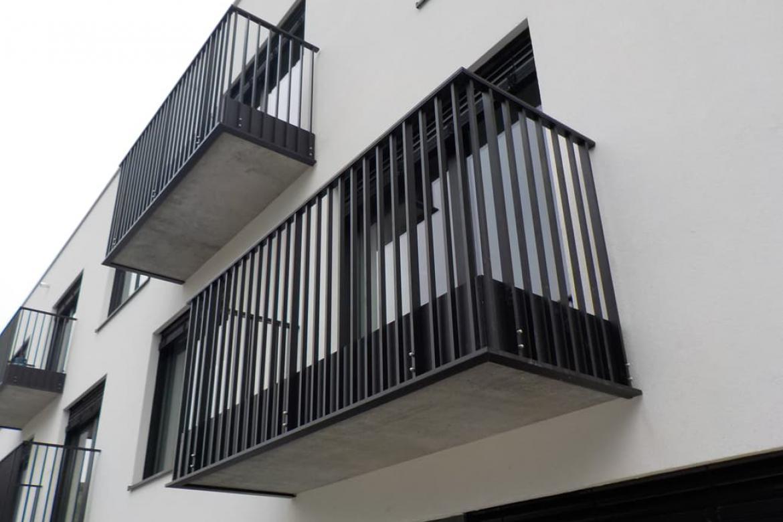 Strakke metalen balustrade terras appartement