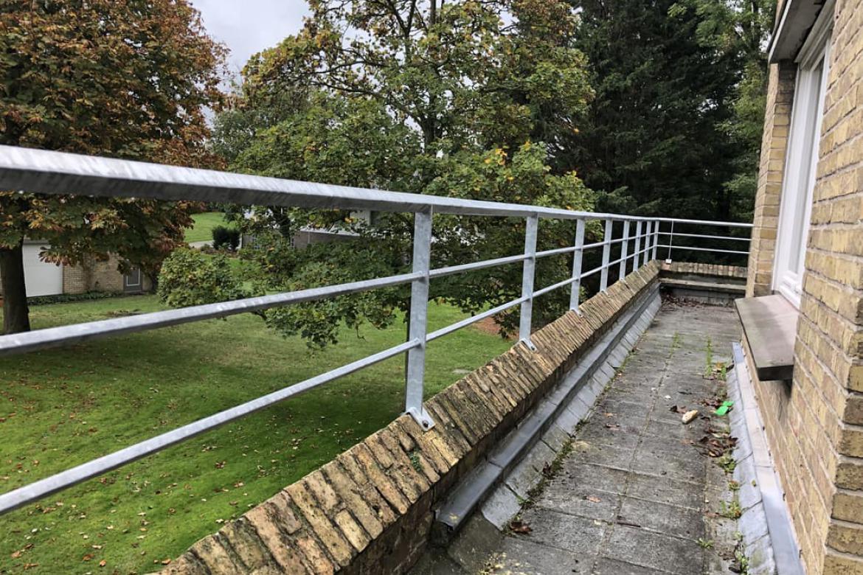 Gegalvaniseerde balustrade op tuinmuurtje