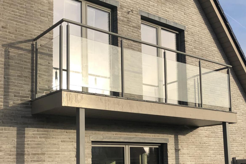 Glazen balustrade met metalen frame