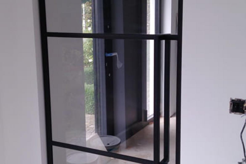 Glazen deur met metalen frame