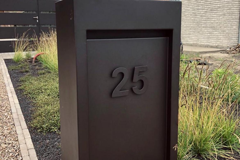 Zwart metalen brievenbus